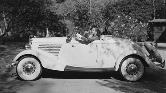26th-September-1934-American-actress-Joan-Crawford-1904-1977-goes-for-a-drive-in-her-34-Ford-convertible.-1024x576